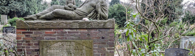 An Paula Modersohn-Berckers Grab in Worpswede verweilen viele Menschen.