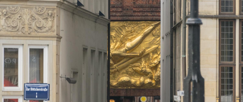 Den Eingang der Böttcherstraße in Bremen schmückt der Lichtbringer.