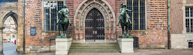 Reiterfiguren aus Kupfer bewachen das Bremer Rathaus.