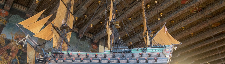 Schiffsmodelle dekorieren die obere Bremer Rathaushalle.