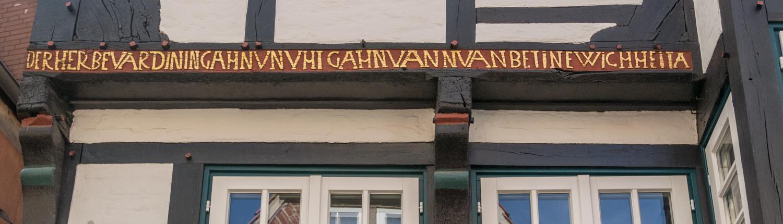 Plattdeutsche Sprüche finden sich im Bremer Schnoor.