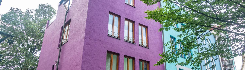 Farbig, hoch und schmal integrieren sich die modernen Häuser in den Bremer Schnoor.