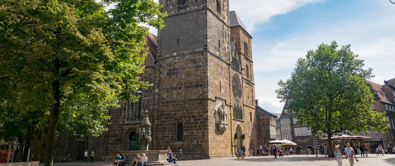 """Bremens älteste Stadtkirche """"Unser lieben Frauen"""" ist werktags von Blumen umgeben."""