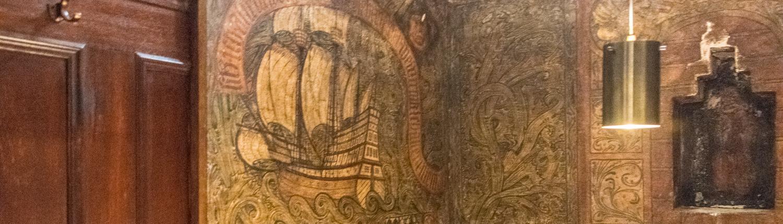 Jedes Priölken im Bremer Ratskeller ist anders dekoriert.